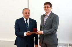 В.В. Радаев вручает премию А.А. Широкову. Фото Информагентства ИА Версия
