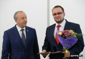 В.В. Радаев вручает премию Ю.С. Гусеву