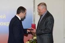 Михаил Бабич вручает награду Н.Г. Хлебцову