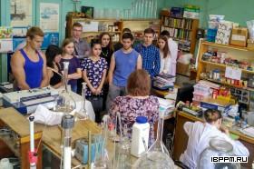 зав. лаб. к.б.н. Ю.П. Федоненко знакомит студентов Института Химии СГУ с лабораторией биохимии