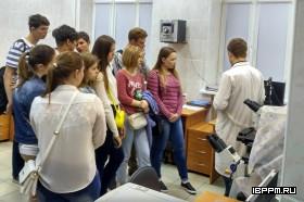ведущий инженер ЦКП к.х.н. А.М. Буров знакомит студентов СГАУ с возможностями световой микроскопии ИБФРМ РАН