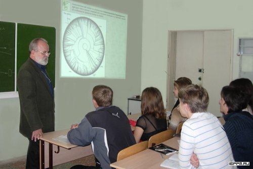 Д.х.н., профессор С.Ю. Щеголев во время лекции